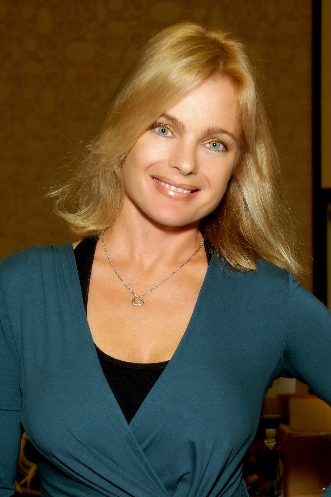 Erika Eleniak Aktfoto
